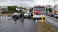 Opel zderzył się z BMW. Tak zakończyła się nieuwaga kierowcy opla, który skręcał z Al. Kaczyńskiego w Konstytucji 3 Maja.