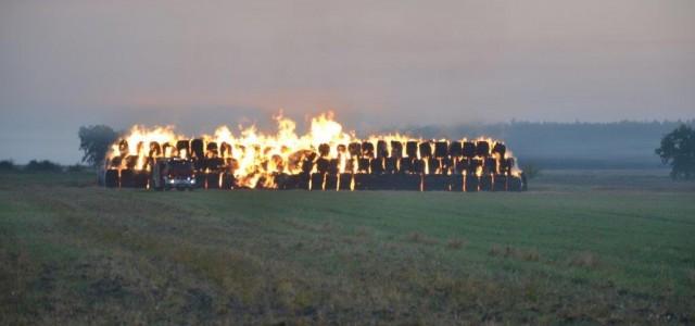 Właściciel nie ma wątpliwości – pożar słomy to skutek podpalenia. Płonie tysiąc bel złożonych w szczerym polu .