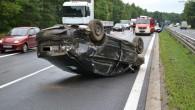Dużo szczęścia miał kierowca skody octavii. Auto miało paskudne dachowanie. Nikomu nic się nie stało.