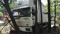 To był dobry dzień dla kierowcy ciężarówki – miał wielkie szczęście. Strzeliła opona, a jego pojazd rozwalił bariery, przeciął pas zieleni…