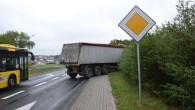 Na ogrodzeniu działek przy ul. Legnickiej wylądowała ciężarówka. Drogę miał jej zajechać inny pojazd.