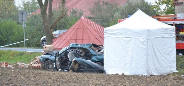 Dwie osoby zginęły na miejscu, dwie trafiły do szpitala. Około 6.40 w Miłosnej (droga K 36) osobówka wjechała w przystanek