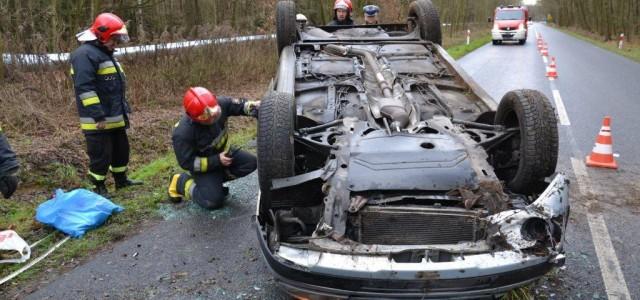 Kierowca w szpitalu. Samochód na złom przez dachowanie. Renault scenic wyleciał z zakrętu.