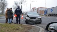 Kolejna kolizja i samochód zniszczony na skrzyżowaniu krajowej trójki pod Castoramą.