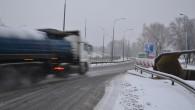 Od wczesnego ranka w Lubinie i okolicy pada śnieg, na drogach zrobiło się ślisko.
