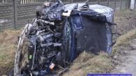 BMW wylądowało w rowie po tym jak na łuku drogi kierowca stracił panowanie nad pojazdem.