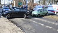 Wypadek jest powodem zablokowania ul.1-go Maja. Dwie osoby są w szpitalu, w tym małe dziecko.