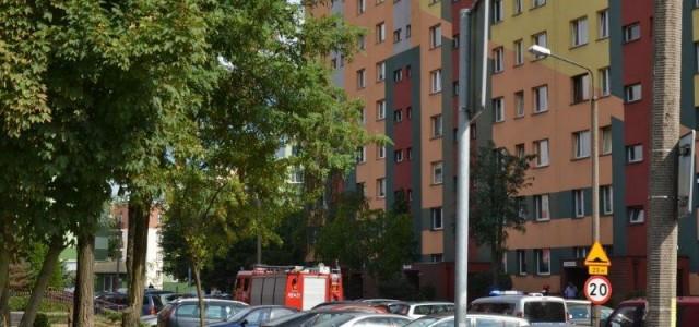 Zasłabła w swoim domu, ale udało się poinformować najbliższych. Strażacy weszli domieszkania przez balkon.