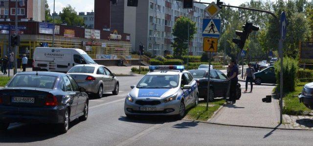 Wyjeżdżał z parkingu Biedronki na ul. Kościuszki. Za mocno przygazował i uderzył w sygnalizację świetlną.