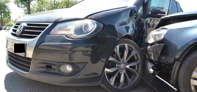 Dwa zniszczone samochody – taki jest skutek nieuwagi kierowcy minivana.