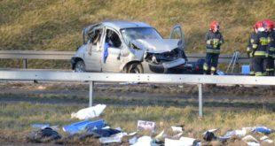 Samochód rozbity, kobieta ocalała