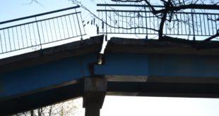 Zawaliła się kładka – zamknięta droga DK3 – FOTO, FILM